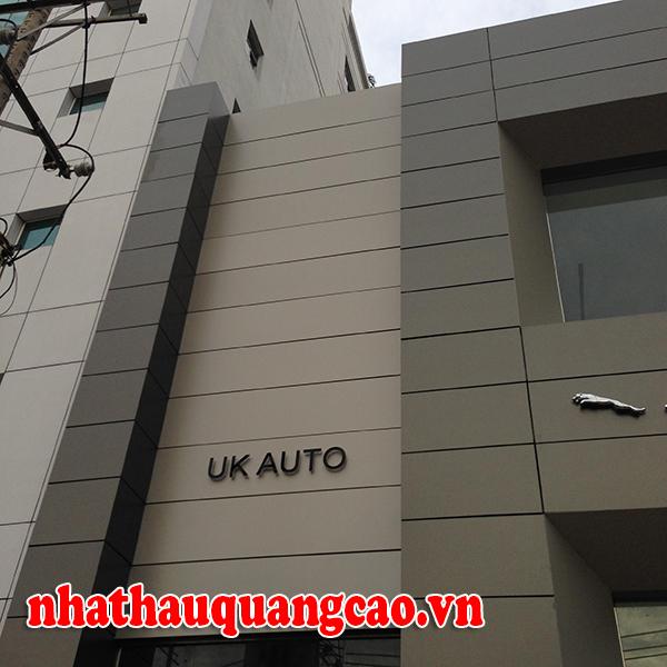 thi-cong-mat-dung-alu-chu-noi-showroom-oto-1