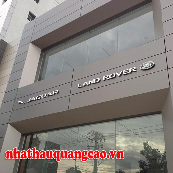thi-cong-mat-dung-alu-chu-noi-showroom-oto-2